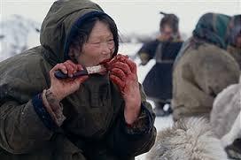 そして血だけでなく、生肉もみんなで食べます。 佐藤健寿は肉は美味かったらしいですね。 食べた後の口元は子どもも大人も血で染まっていて真っ赤。